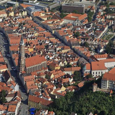 Luftbild von der Altstadt in Landshut mit der Burg Trausnitz